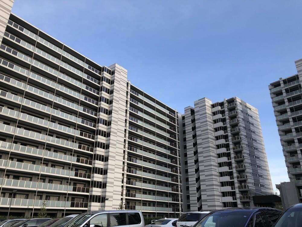 レーベン仙台THE GRANDE(西側共用廊下側の外観 ※該当棟は中央)